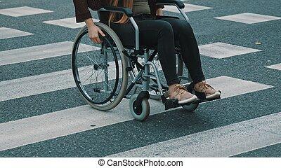 wheelchair, młody, ostrożnie, unrecognizable, upośledzony, przejście, kobieta, ulica