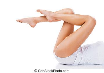wizerunek, kobieta, nogi, przeciw, natural., młody, oskubany, tło, leżący, długi, piękny, biały