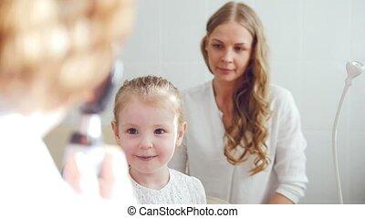 wzrok, dziecięcy, -, do góry, oftalmologia, diagnoza, optometra, dziewczyna, mały, czek