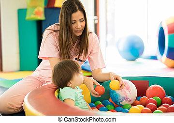 zabawa, niemowlę, piłka, posiadanie, kałuża