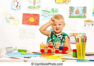 zabawki, chłopiec, ołówki