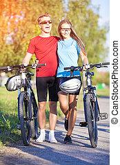 zabawny, pieszy, natura, para, surroundi, bicycles, szczęśliwy