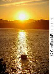 zachód słońca, krążąc po morzach