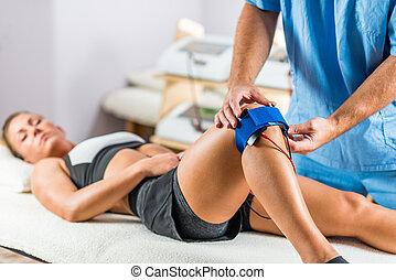 zachęta, elektrody, umieszczanie, pacjent, terapeuta, elektryczny, kolano, fizyczny, na, therapy.