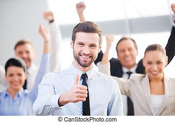 zaufany, czuły, biznesmen, do góry, szczęśliwy, tło, kciuk, team., pokaz, uśmiechnięte stanie, jego, koledzy, znowu
