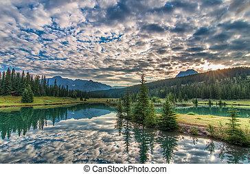 zdumiewający, chmury, odbijał się, drzewa, jezioro