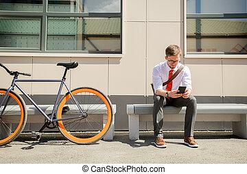 znowu, ława, młody, outdoors, posiedzenie, messaging, smartphone, elegancki, człowiek