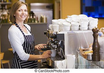 zrobienie kawa, kobieta uśmiechnięta, restauracja