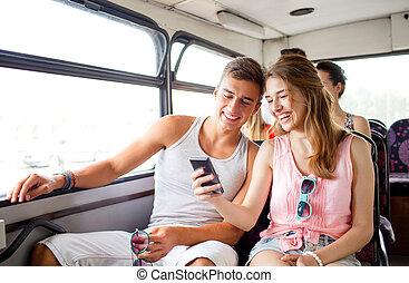 zrobienie, selfie, smartphone, para, uśmiechanie się